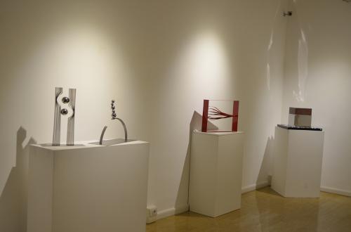 L'esposizione  unisce due discipline differenti: la stampa su seta e la scultura.