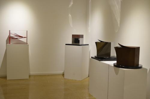 Seta e Scultura, binomio suggestivo: la morbidezza di un tessuto nobile e la materia delle opere scolpite da Giongo