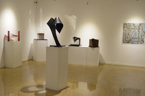 Circa trenta sculture di Giongo degli ultimi dieci anni in ottone, rame, ferro, affiancate ai foulard artistici di Ozelot
