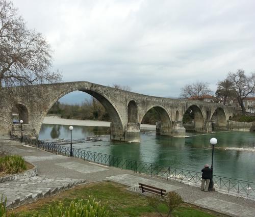 Una tra le attrazioni più fotografate è il ponte di Arta in pietra.