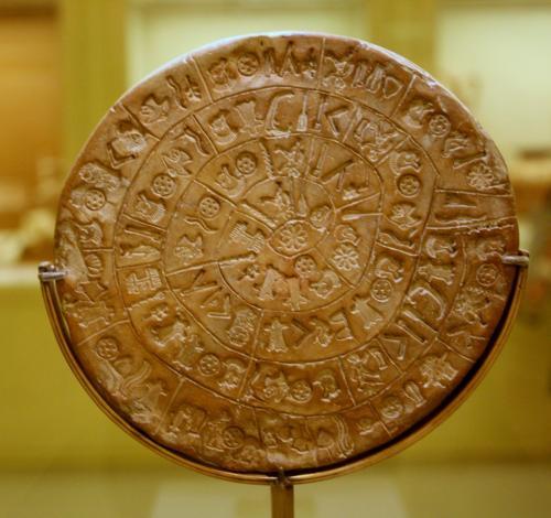 Il disco di Festo: è un disco di terracotta, delle dimensioni di 16 centimetri di diametro e 16 millimetri di spessore; contiene 241 simboli impressi quando l'argilla era ancora fresca.