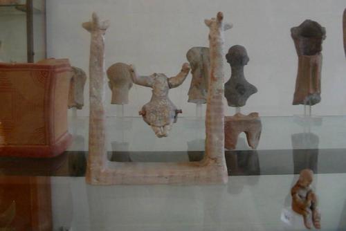 Un giocattolo per bambini:una piccola altalena  - fotoservizio: corona perer