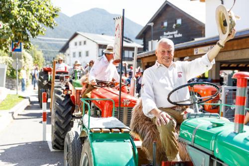 la sfilata dei trattori delle associazioni in abiti tradizionali di una volta per la prossima festa dell'artigianato tirolese