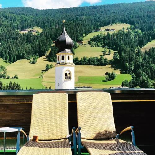 Bellissima la sua terrazza panoramica dalla quale è possibile vedere una splendida vista a 360° sui monti e le vette circostanti.