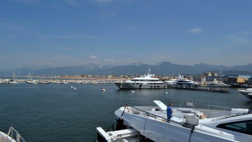 Panoramica dai cantieri navali verso Viareggio e le coste della Versilia (foto www.giornalesentire.it)