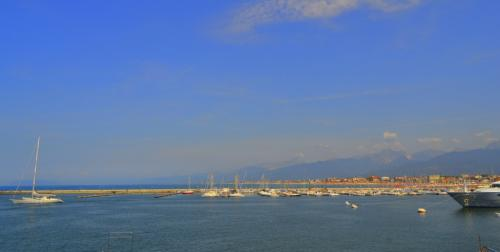 In questa foto tutte le grandi chances di Viareggio: il mare, le alpi Apuane da dove viene il marmo bianco di Carrara e i cantieri navali