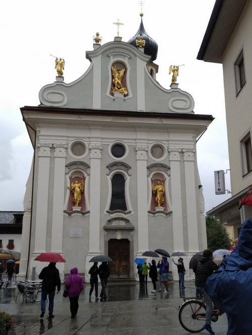 la parrocchiale di San Michele, domina il corso principale di San Candido, la Peter Paul Rainer Strasse