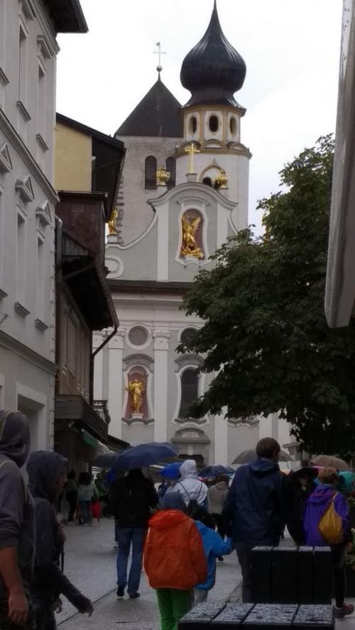 il campanile a cipolla, esempio tipico di barocco tirolese, della parrocchiale di San Michele