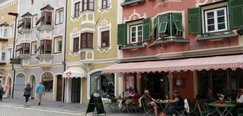 Le case colorate sulla via dello shopping, sono il dettaglio che fa di Vipiteno  uno dei centri storici più belli d'Italia e una perla dell'Alto Adige