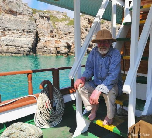 A Saria abitano un centinaio di isolani, l'arrivo di una barca con turisti è occasione per socializzare -  foto: www.giornalesentire.it