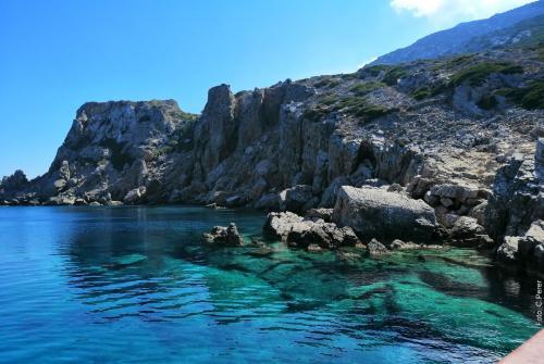 I fondali dell'Isola di Saria raggiungibile solo via mare - foto: www.giornalesentire.it