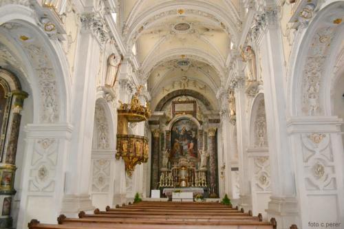 La chiesa originariamente presentava tre navate risalenti al XII secolo; fu in seguito trasformata in stile barocco