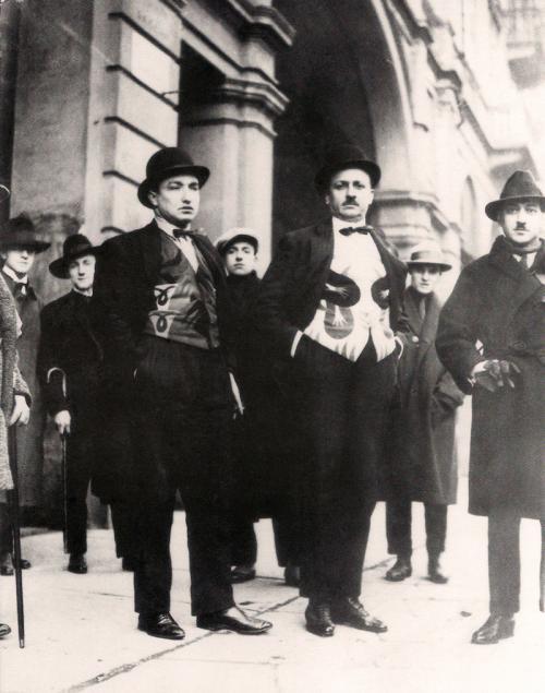 Marinetti (al centro) e Depero alla sua destra