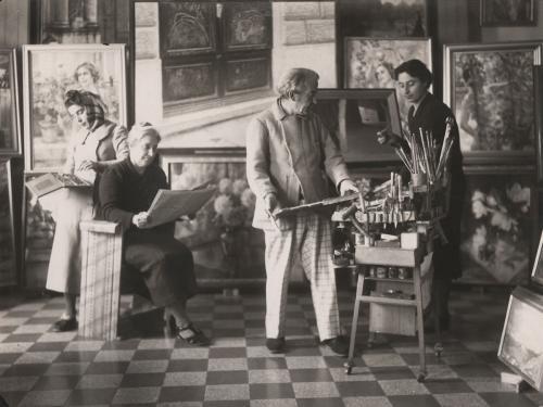 Giacomo Balla nello studio con moglie e figlie