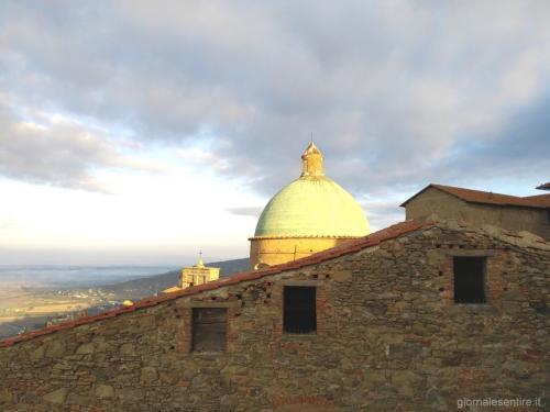 Dalla terrazza della prima colazione, panoramica sui tetti e la Val di Chiana