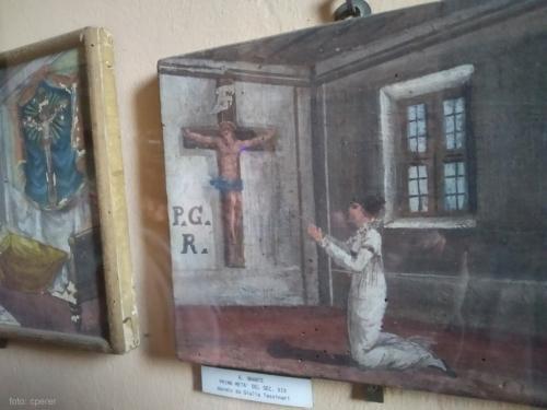 La preziosa galleria di antichi  ex voto del Santuario del Crocifisso