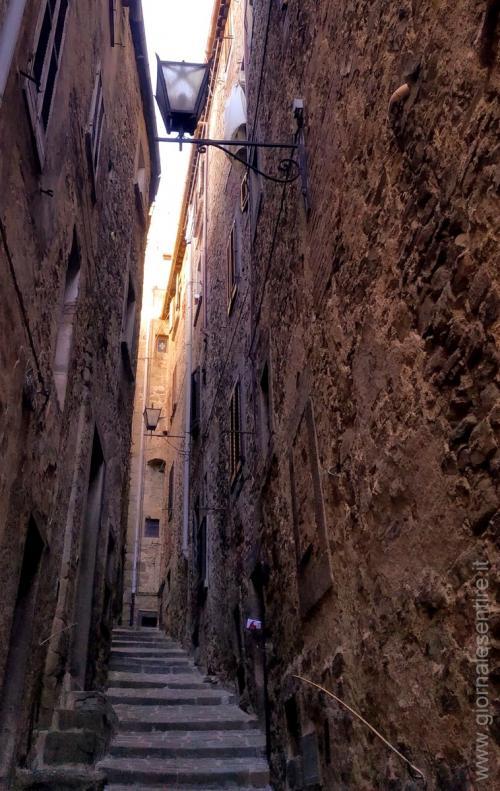 La verticalità mozzafiato di Cortona  - foto www.giornalesentire.it