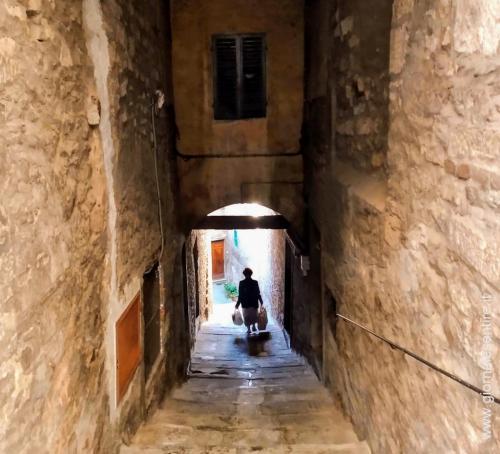 Vie, viuzze, scale, scalette: Cortona si percorre e si vive a piedi - foto www.giornalesentire.it