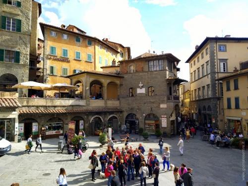 Piazza Repubblica con il Palazzo del Capitano - foto www.giornalesentire.it